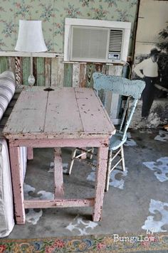 Shabby pink table  ... (¯`v´¯) .`·.¸.·´  ¸.·´.·´¨) ¸.·*¨) (¸.·´(¸.·´ (.·´¸¸.·¨¯`☆ Love This!