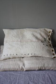 Bedroom   ベッドルーム   Camera da Letto   Dormitorio   Chambre à Coucher   Boudoir   Bed   Decor   Manchester   Coussin toile lin militaire. Le Grenier de Ninon