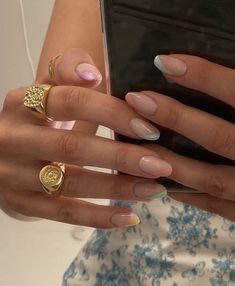 The advantage of the gel is that it allows you to enjoy your French manicure for a long time. There are four different ways to make a French manicure on gel nails. Edgy Nails, Funky Nails, Stylish Nails, Swag Nails, Casual Nails, Grunge Nails, Nagellack Design, Nagellack Trends, Summer Acrylic Nails
