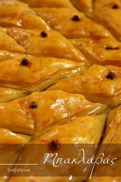 Βάζουμε το ταψί στον φούρνο και ψήνουμε τα 10 φυλλαράκια για 15 λεπτά στους 140 C στις αντιστάσεις. Ουσιαστικά τα στεγνώνουμε λιγάκι για να βοηθήσουμε να καλοψηθεί ο μπακλαβάς και στο εσωτερικό του. Greek Sweets, Greek Desserts, Greek Recipes, Vegan Recipes, Cooking Recipes, Greek Dishes, Sweets Recipes, Food Processor Recipes, Food And Drink