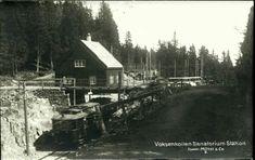 Oslo Christiania Kristiania  Voksenkollen Sanatorium Stasjon med trikk i fart Utg Mittet 1920-tallet Stasjonen åpnet i 1916, da banen ble forlenget fraHolmenkollentilFrognerseteren. På midten av 90-tallet ble planovergangene tatt bort og stasjonen modernisert.