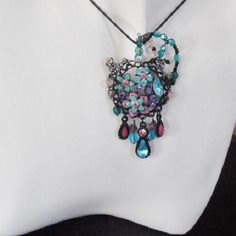 Pendentif fleur noir bleu et rose perles à facettes et pampilles