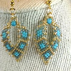 Russian Leaf Earrings in Teal Diamond Design di AlleywayBeading