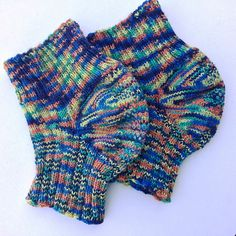My son wants a pair of knee warmers for hiking and running. I have never heard of (young) people using kneewarmers, so I started to search the Internet and the ravelry patterns. And what I found was