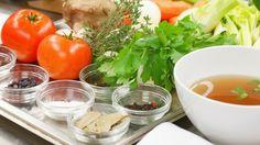 Ganz einfach und mit wenig Aufwand können Sie Brühwürfel zum Würzen selbst herstellen. Bayern 1-Sternekoch Alexander Herrmann hat das Rezept für Sie. Alles, was Sie brauchen und wie's geht, lesen Sie hier. Seaweed Salad, Vegetarian Recipes, Favorite Recipes, Vegetables, Health, Ethnic Recipes, Food, Drinks, Diet