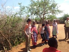 Valeria si prepara a saltare con i Masai