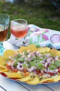 Nachodipp med vitlöksost, avokado och räkor Det här är en rätt som vi oftast brukar laga på sommaren men som är lika god när som helst. Den passar som förrätt, tilltugg eller på buffébordet. Var beredda på att dela ut receptet. Era gäster kommer mest troligt att be om det. Ingredienser 2 dl creme fracihe [...] Burritos, Enchiladas, Canned Blueberries, Vegan Scones, Scones Ingredients, Vegan Blueberry, Party Food And Drinks, Savory Snacks, Mini Hamburgers