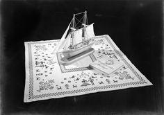 Bordado. Fotografia sem data. Produzida durante a atividade do Estúdio Mário Novais: 1933-1983.  [CFT003.006173]