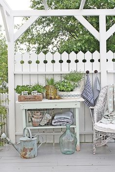 love the design of the pickets ♥ Patio Shabby Chic, Jardin Style Shabby Chic, Vibeke Design, Pinterest Garden, Decks And Porches, Cottage Design, Garden Structures, Outdoor Projects, Porch Decorating