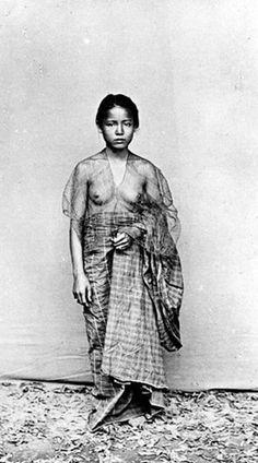 Wanita dengan pakaian adat Makassar, Sulawesi Selatan. Sumber: Tropenmuseum   1380293407830406184