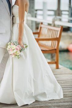 Casamento na areia é sempre um charme e permite explorar diversos elementos além dos tradicionais. A começar pelo figurino!