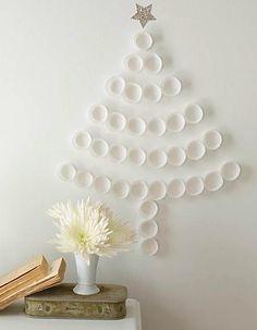 Un árbol de navidad hecho con bases de cupcakes