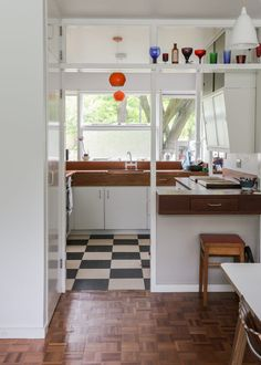 My Modern House: Nikki and Mike Dibley show us around their Span flat in Blackheath Flat Interior, Kitchen Interior, Home Interior Design, Interior Architecture, 1960s House, Mid Century House, Home Kitchens, Small Spaces, Sweet Home