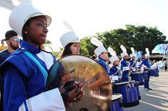 Rádio Base: Centenas de pessoas assistem a desfile de fanfarra...