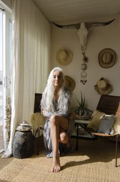 Long Silver Hair, Long Gray Hair, Sexy Older Women, Old Women, Hairstyles Over 50, Cool Hairstyles, Grey Hair Model, Bohemia Hair, Grey Hair Transformation