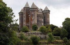 Le château du Bousquet | Près de Laguiole, l'une des plus puissantes forteresses féodales du Rouergue (Aveyron) France. (XIVe)