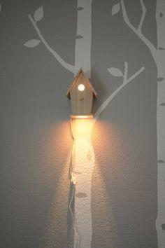 Beleuchtung/ Nachtlicht im Kinderzimmer: Vogelhaus aus Holz | Passend zu einer Wand mit Bäumen