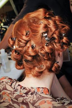 Vintage Hairstyles Curls pin curls - fast, easy, anywhere - Retro Hairstyles, Hairstyles With Bangs, Creative Hairstyles, Anna Sui, Cabelo Pin Up, Blond, Flame Hair, Pin Up Hair, Pin Curls