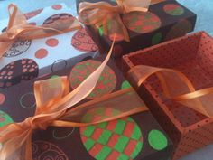 """PROMOÇÃO SOMENTE PARA SÃO PAULO - CAPITAL!!! MINIMO DE 10 UNIDADES Caixa revestida em tecido 100% algodão, com """"berço"""" contem 4 brigadeiros.  Sabores: tradicional  ovomaltine   Cor  do tecido à escolha. Não há pronta entrega.  Para outros tamanhos disponíveis favor faça orçamento. Se preferir sabores mais sofisticados como : Frutas vermelhas, castanhas (nozes, pistache castanha do pará), pimenta, noir (amargo) com chocolate belga,trufas, ovos trufados e recheados -FAVOR FAÇA ORÇAMENTO…"""