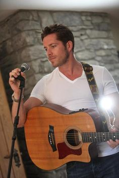 Sean Maguire.                                                  He sings too...Love this male cast