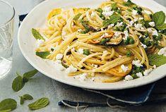 Výborný lehký oběd nebo večeře v podobě těstovin s hráškem, cuketou a šalotkou. Nechybí ani řecký sýr feta a voňavá máta. Jídlo je hotové jedna dvě a všichni si na něm pochutnají. #recept #testoviny #linguine #cuketa #hrasek #feta #syr #fetasyr #mata #recipe #pasta #cook #zucchini #cheese #fetacheese #mint Linguine, Feta, Spaghetti, Ethnic Recipes, Noodle