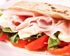 Sandwich sans pain tomates, mozzarella et jambon : http://www.fourchette-et-bikini.fr/recettes/recettes-minceur/sandwich-sans-pain-tomates-mozzarella-et-jambon.html