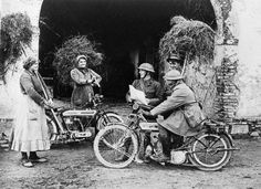 MILITARY MOTORCYCLES FIRST WORLD WAR (Q 26067)   TRIUMPH 550 cc single cylinder machine. Two despatch riders having stopped to talk with Italian women farm workers.