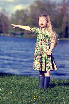 Patron+de+couture+du+2+ans+au+12+ans.+Modèle+Romie    Romie+est+une+robe+chemisier+avec+bas+de+jupe+patineuse,+Sous+ses+airs+rétro+elle+saura+plaire+aux+petites+filles+.+Décliné+en+2+versions+elle+suivra+le+fils+de+la+saison+.    Tailles+Du+2+au+12+ans    Niveau+:+Débutant+à+Intérmédiaire+    Romie+-+Les+mouches+c'est+louche+est+un+modèle+déposé+réservé+à+l'usage+exclusif+de+nos+clientes.+La+reproduction+et+l'utilisation+commerciale+de+ce+patron+sont+interdits