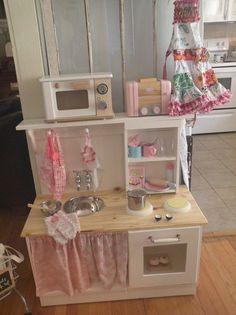 Faites le plein d'idées pour fabriquer vous-même une cuisine pour enfant: à partir d'un vieux meuble, d'un tabouret ou de simples planches de bois.