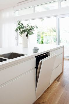 Tips on how to create a gorgeous minimal kitchen : Brought to you by ASKO. Aesthetically pleasing and minimal kitchens are very popular. We spend a lot of time gathered in the hub of our. Home Decor Kitchen, Kitchen Interior, New Kitchen, Home Interior Design, Home Kitchens, Long Kitchen, Decorating Kitchen, Cheap Kitchen, Small Kitchens
