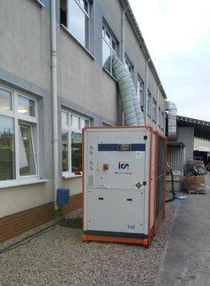 Wymagania w procesie produkcji elementów elektronicznych są bardzo wysokie. Dotyczy to także temperatury w pomieszczeniach produkcyjnych. Nasz klient - producent układów elektronicznych i telekomunikacyjnych miał problem z za wysoka temperaturą pomieszczeń produkcyjnych i zlecił nam rozwiązanie tego problemu. Dostarczyliśmy kompletny układ o mocy 150kW składający się z chillera kompaktowego TAE evo 602 i mobilnej centrali wentylacyjnej ( 20 000 m3/h ) ze zmienną wydajnością (falownik ).