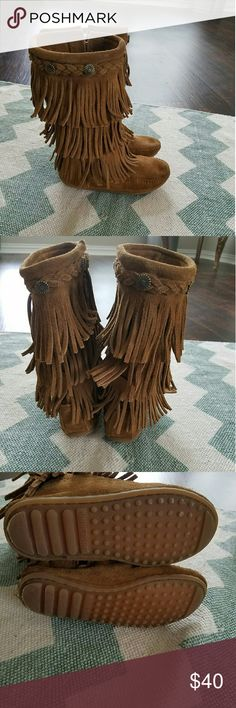 Minnetonka fringe moccasin size 12 girls Super cute! Excellent condition could fit up to a size 1 Minnetonka Shoes Boots
