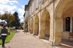 Les arcades du logis de Malet - 18) LE LOGIS AUX 2 VISAGES: Le style du pignon est un gothique flamboyant à crochets, bien que les crochets ressemblent plus à des triscèles. D'ailleurs, le style général du logis n'est pas sans rappeler les manoirs de Bretagne, pays d'où est originaire St-Emilion.