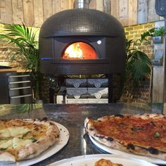 We've had some delicious pizzas this week at Stone Bake HQ! Check out that roaring fire and more importantly, the pizzas!!! #thestonebakeovencompany #thestonebakeovenco #gozney #pizza #woodfired #ovens #lunch #summer