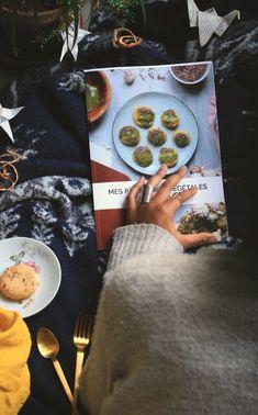 j'ai sous la main un livre de photos culinaire de pâtisserie posé sur une couverture bleu marine à côté d'une assiette qui contient un cookie Patisserie Vegan, Patisserie Sans Gluten, Sans Gluten Vegan, Cookies Et Biscuits, Bleu Marine, Food Photography, Photos, Blue Blanket, Simple Recipes