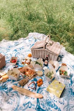 Gal Meets Glam A Summer Picnic In Hyde Park, featuring Julia wearing the GMG Collection India set while enjoying a picnic with friends. #picnic Summer Aesthetic, Aesthetic Food, Hyde Park, Summer Fun, Summer Time, Summer Things, Summer Dates, Party Summer, Summer Glow