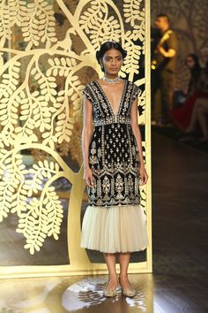 Complete collection: Anita Dongre at India Couture Week 2017 Iranian Women Fashion, India Fashion, Ethnic Fashion, Pakistani Outfits, Indian Outfits, Indian Designer Outfits, Designer Dresses, Heavy Dresses, Indian Couture