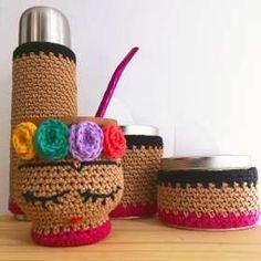 Mate Tejido Crochet Frida Kahlo - $ 220,00 Crochet Home, Diy Crochet, Crochet Crafts, Crochet Projects, Mochila Crochet, Crochet Coffee Cozy, Old Dressers, Crochet For Beginners, Crochet Accessories