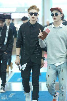 Estilo é pra poucos, olha essa calça do Seungyoun.
