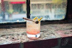 LA BANQUISE - INGRÉDIENTS  1 oz (30 ml) de vodka de Pommes de terre 0.5 oz (15 ml) de whisky Canadian Club  0.75 oz (22 ml) de sirop Barbecue du Lab 0.75 oz (22 ml) de jus de citron 4 grains de poivre Compléter au soda