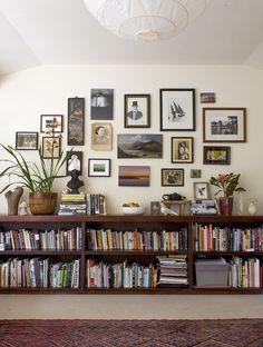 Amo tudo! livros, objetos, plntas, quadros, tapete, parede...