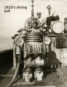 Vintage deep-sea diving suit - date, diver, crew, location, and photographer unknown Diving Helmet, Diving Suit, Old Pictures, Old Photos, Sea Diving, Cave Diving, Dieselpunk, Deep Sea, Vintage Photographs
