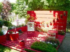 Gartenmöbel aus Paletten – trendy Außenmöbel basteln - diy projekt gartenmöbel aus paletten rot holzveranda plattform aus europaletten