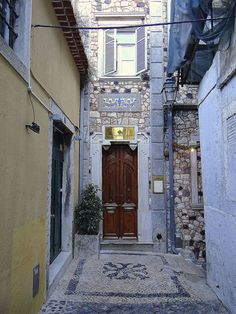 Façade of the Hotel Palacete Chafariz D'El Rei in the narrow streets of the typical district of Alfama, #Lisbon, Portugal - Palacete Chafariz D'El Rei Travessa do Chafariz de El-Rei 6 1100-140 Lisboa Portugália