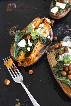 Gdy mam ochotę na aromatyczną przekąskę. Pieczone bataty z prażoną cieciorką, jarmużem i kozim serem. - Make Cooking Easier : Make Cooking Easier