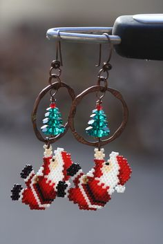 A Work in Progress: Christmas earrings .I'd like to be as joyous and festive like that! Beaded Christmas Ornaments, Christmas Earrings, Beaded Earrings Patterns, Jewelry Patterns, Native Beading Patterns, Henna Patterns, Bead Crafts, Jewelry Crafts, Jewelry Ideas
