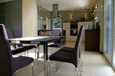 Die Offene Leicht Küche In Einem Bauhaus Geht In Den Essbereich über.  Schiebetüren Und