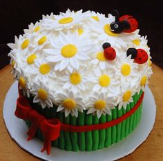 Daisy Bouquet with Ladybugs. Here is a fun April Birthday cake with the hint of Red that so many Aries folks love! #aprilbirthdays #birthdaycakes