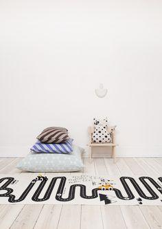 Der OYOY-Kinderzimmer-Teppich ist dezent in Schwarz-Weiß gehalten und lädt Kinder zum Spielen ein: Autos rausholen und losdüsen! Erhältlich bei www.kleinefabriek.com