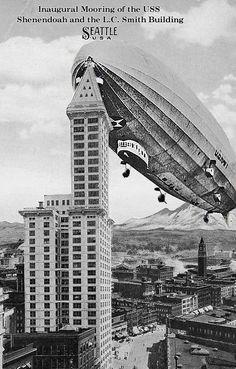 Airship Landings on Buildings Old Photos, Vintage Photos, Uss America, Nicolas Tesla, Alien Concept Art, Alternate History, Ballon, Thing 1, Dieselpunk